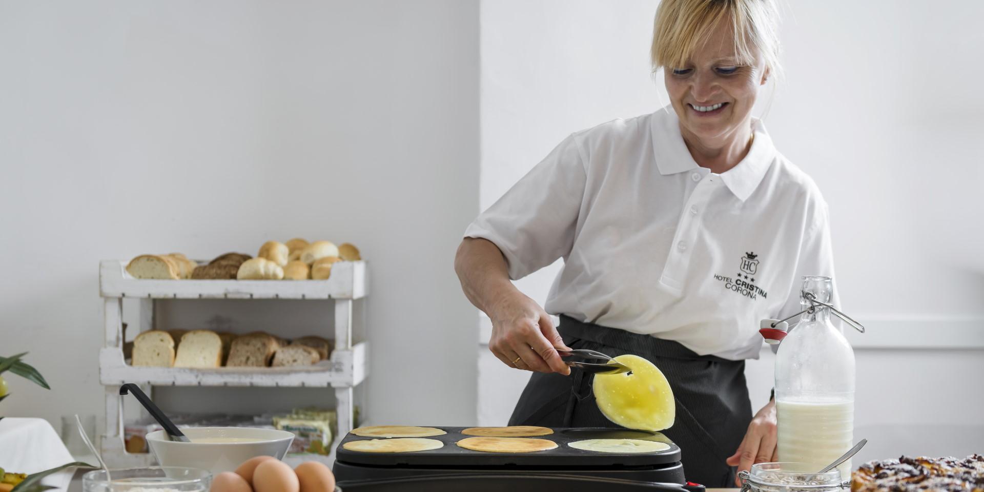 cristina-corona-colazione-pancakes-desk